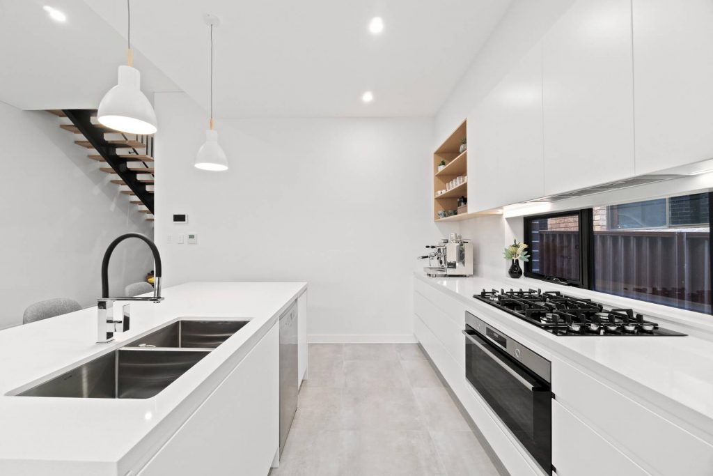 What are the advantages of glass splashbacks?